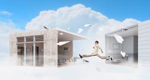 跳跃的商人在办公室 混合画法 混合画法 免版税库存图片