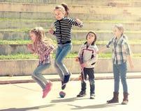 跳跃的女孩,当跳绳比赛时 图库摄影