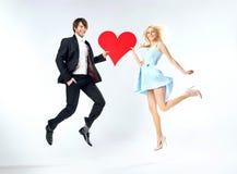 跳跃的婚姻夫妇的画象 免版税库存图片