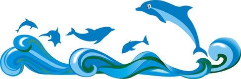 跳跃的海豚和海 免版税库存照片