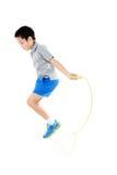 绳索跳跃的男孩 免版税库存照片