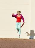 跳跃的秀丽妇女夏天 免版税库存图片