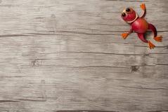 跳跃的青蛙由苹果制成 图库摄影