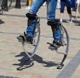 跳跃的高跷的人腿 免版税库存照片
