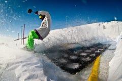 跳跃的滑雪者在春天 库存图片