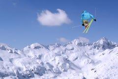 跳跃的滑雪者 图库摄影