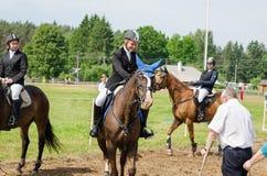 跳跃篱芭比赛决赛奖的马的片刻 免版税图库摄影