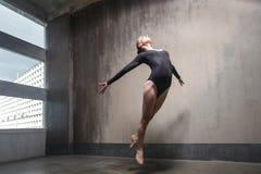 跳跃美丽的芭蕾舞女演员,腾飞在空气和飞行 库存图片