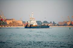 跳跃者撒粉瓶船Johannis在克莱佩达港的De Rijke  库存图片