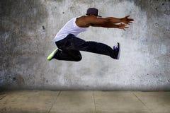 跳跃肌肉的人高 免版税库存照片