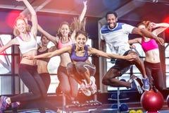 跳跃适合的小组微笑和 免版税库存照片