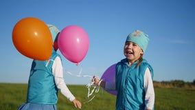 跳跃,笑和微笑在公园的愉快的孩子 户外乐趣 股票录像