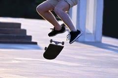 跳跃滚保龄球滑板的一个人 免版税库存照片