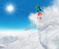 跳跃从岩石的Freeride滑雪者 免版税图库摄影