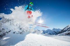 跳跃从岩石的Freeride滑雪者 免版税库存照片