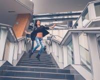 跳跃从楼梯的美丽的女孩 库存图片