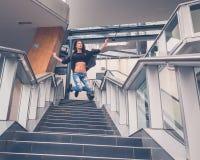 跳跃从楼梯的美丽的女孩 库存照片