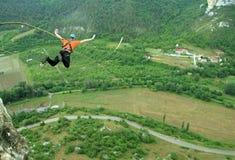 绳索跳跃 激动的小女孩 免版税图库摄影