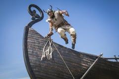 跳跃从他的船的坚强的北欧海盗到攻击 免版税库存图片