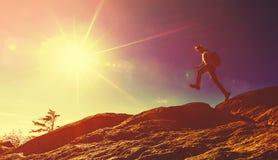 跳过在山远足的空白的人 免版税库存照片