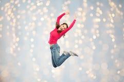 跳过或跳舞光的愉快的少妇 免版税库存照片