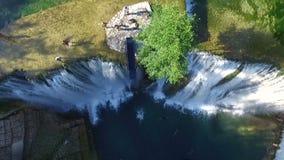 跳进在瀑布的河在亚伊采 鸟瞰图慢动作 年轻人跳峭壁 股票视频