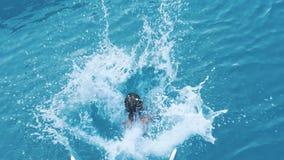 跳进海水形式游艇的女孩 儿童潜水到从小船的海里 影视素材
