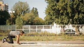 跳远运动员在他的登陆在体育场 影视素材