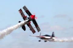 跳飞行他的与迈利萨角彭伯顿的斯图尔特高度修改过的Pitts S-2S双翼飞机Prometheus飞行边缘540 免版税库存照片