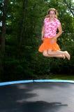 跳高女孩的绷床 免版税图库摄影