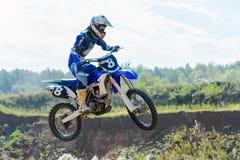 跳高的摩托车越野赛 库存图片