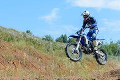 跳高的摩托车越野赛 免版税图库摄影