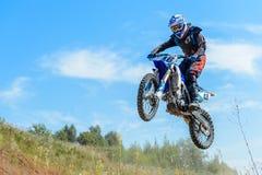 跳高的摩托车越野赛 库存照片