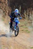 跳高的摩托车越野赛 免版税库存图片