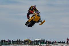 跳高雪上电车的运动员 免版税库存照片