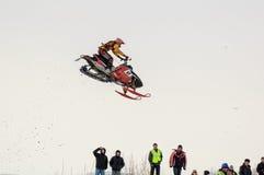 跳高雪上电车的运动员 库存照片