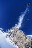 跳从山壁架的滑雪者 免版税图库摄影