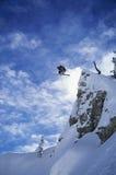 跳从山的滑雪者 库存照片