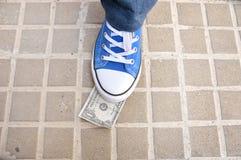 践踏在城市街道上的一张钞票 库存图片