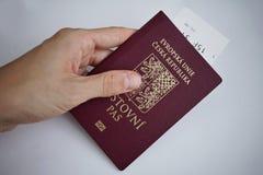踌躇捷克护照的男性手作为国际性组织旅行和欧洲citiz的个人证明的标志 免版税库存照片