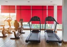 踏车和固定式自行车设备健康在健身中心室行使 库存图片