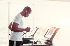踏车的人在健身俱乐部,健康生活方式 库存图片
