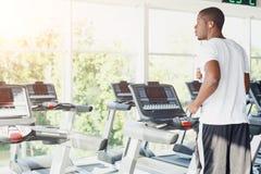 踏车的人在健身俱乐部,健康生活方式 免版税库存图片