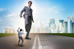 踢企业概念的坏恼怒的上司雇员 免版税图库摄影