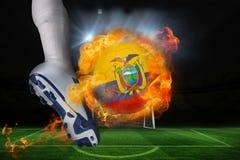 踢发火焰厄瓜多尔旗子球的足球运动员 库存照片