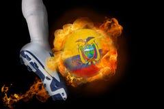 踢发火焰厄瓜多尔球的足球运动员 库存照片