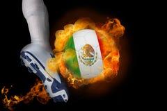 踢发火焰墨西哥球的足球运动员 免版税图库摄影