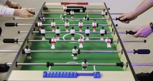 踢喷射器桌橄榄球足球的两个人 影视素材