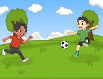 踢在公园动画片传染媒介例证的孩子足球 免版税库存照片