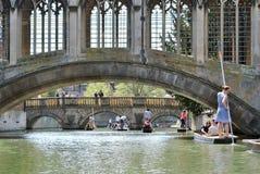踢在河凸轮的人们在剑桥 库存图片